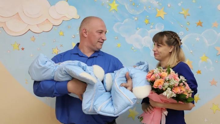 Новогодние человечки: в Самаре выписали из роддомов первых малышей, родившихся в 2020-м