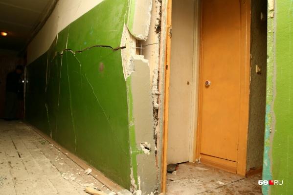 Одна стена сломана в подъезде и одна в квартире