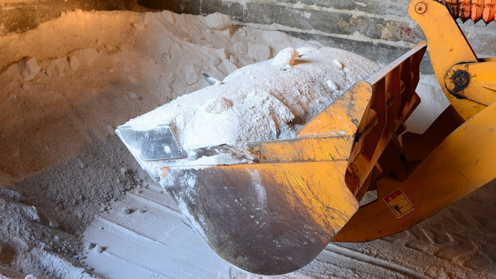 В Челябинске прокуратура и Роспотребнадзор взяли соль для посыпки дорог на дополнительную проверку