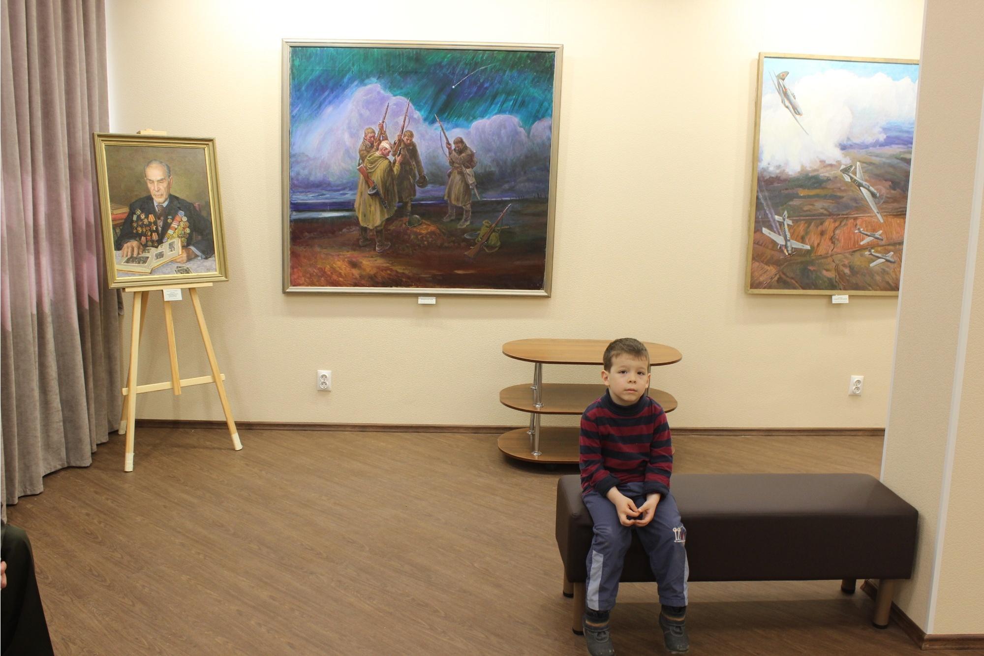 В зале галереи