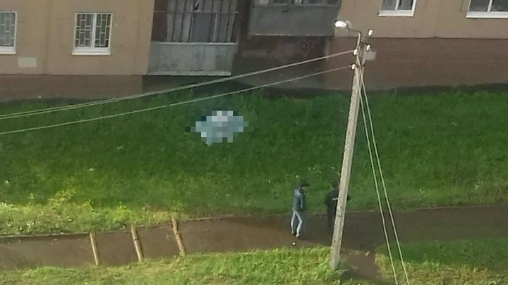 В спальном районе Уфы под окнами высотки нашли тело мужчины
