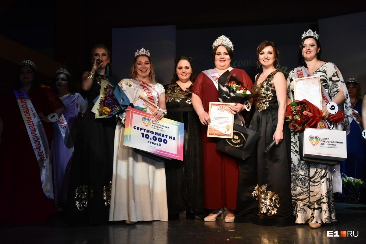 Победительница конкурса Оксана Надопта — в красном