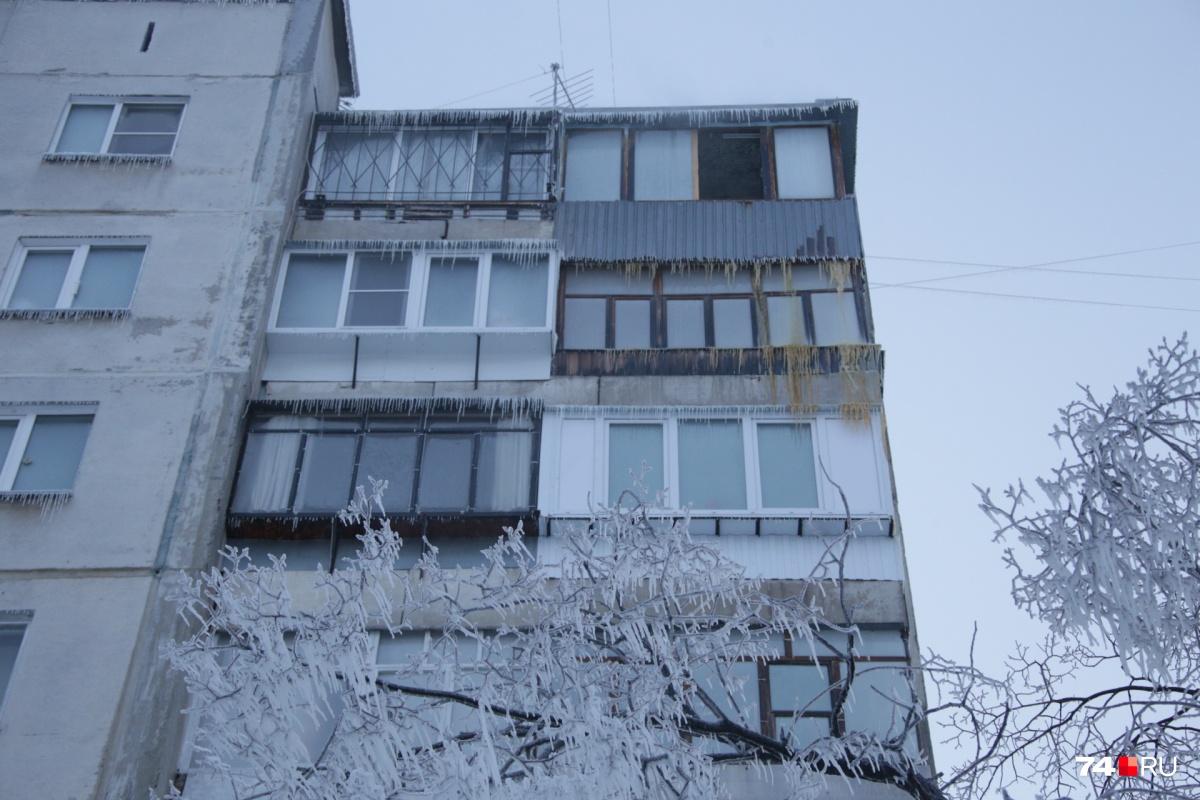 Фонтан от повреждённой теплотрассы доставал до крыши и затопил весь дом