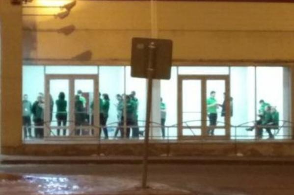 Работников торгового центра эвакуировали в соседнее здание