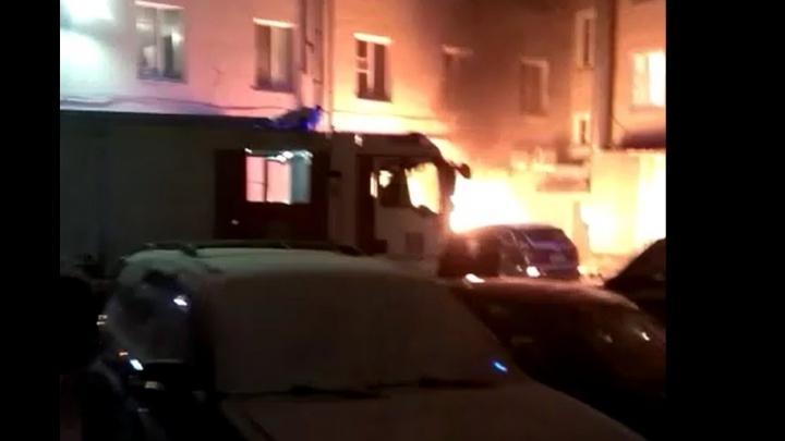 """""""Говорят, что поджог"""": местные жители сняли на видео, как во дворе на Уралмаше сгорел дорогой внедорожник"""