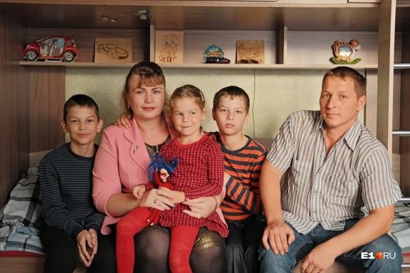 Надежда и Михаил с детьми — они и сами не отличают, кто родной, а кто приемный
