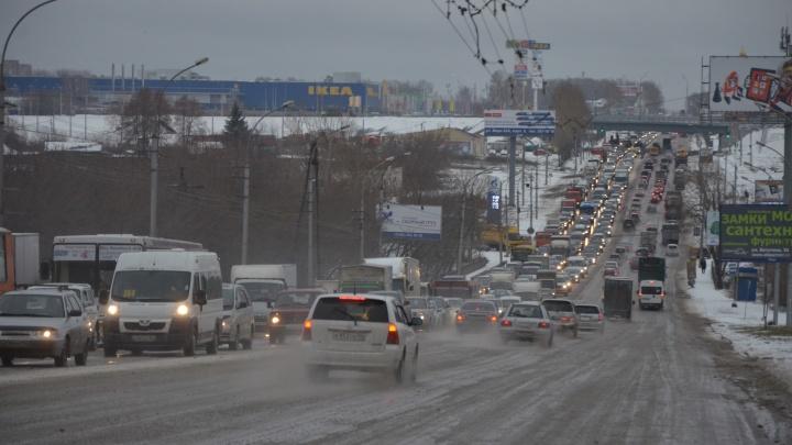 ДТП с тремя автомобилями парализовало движение по Октябрьскому мосту