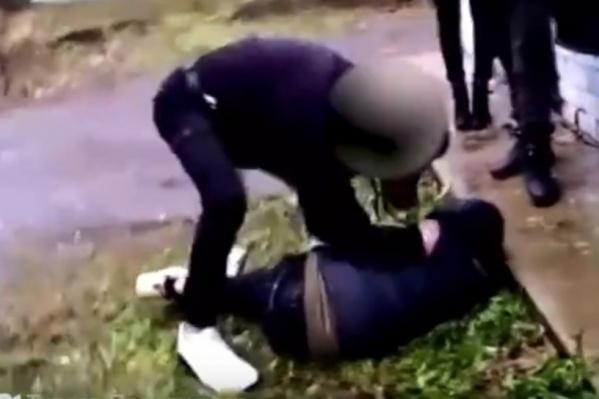 Подросток избивал мальчика даже после того, как тот упал на землю