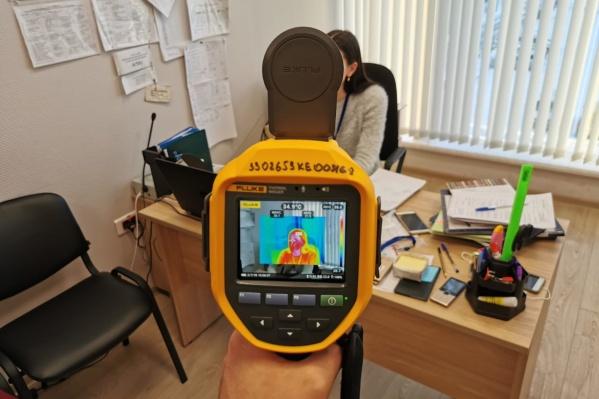Такие приборы — тепловизоры — используют в том числе и для измерения температуры в домах, чтобы понять, где продувает окна и щели