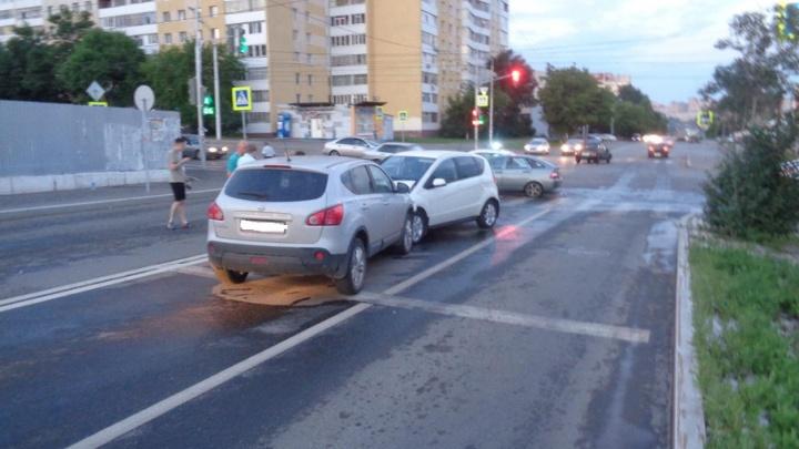 В Уфе из-за неисправного светофора столкнулись три легковушки