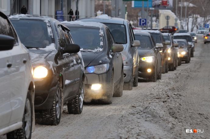 Люди жалуются на нищету, а машин на улицах все больше