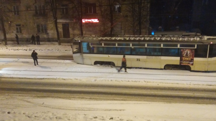 «Снесло сугробом»: в Ярославле трамвай сошёл в рельсов