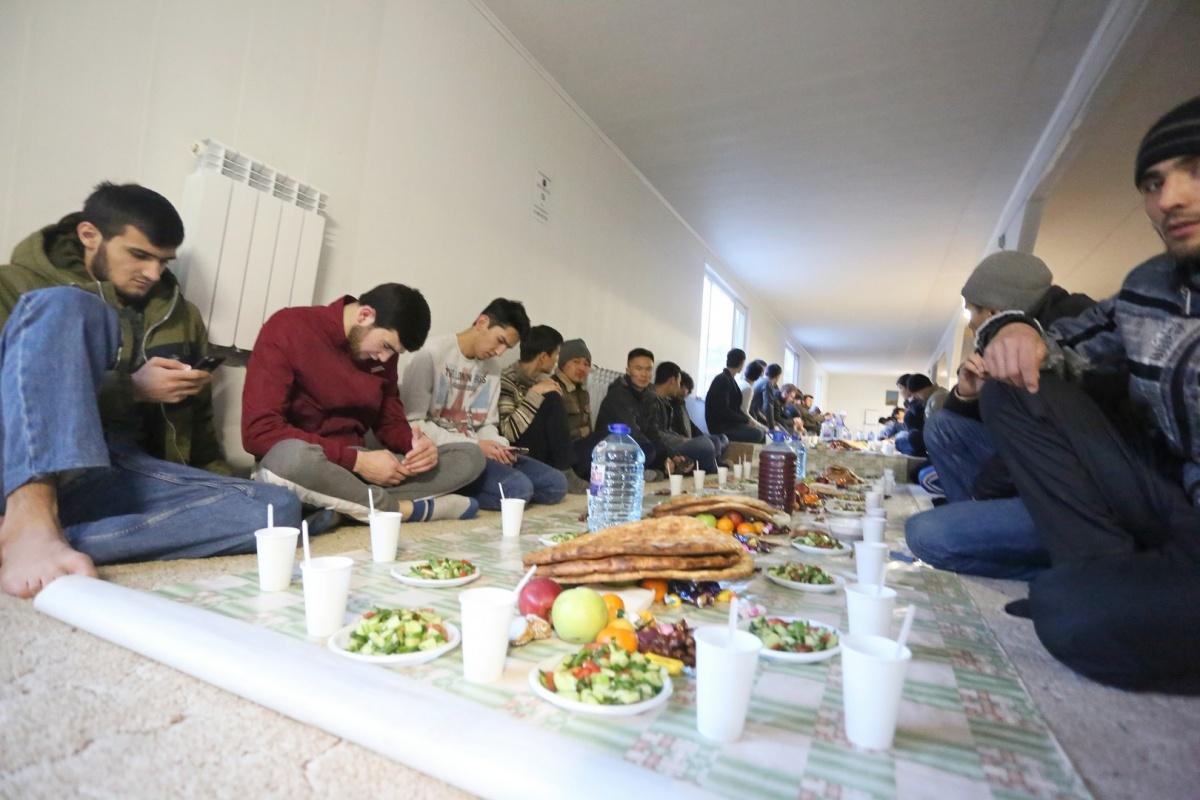 В традицию мусульман кроме вечерней молитвы входит трапеза