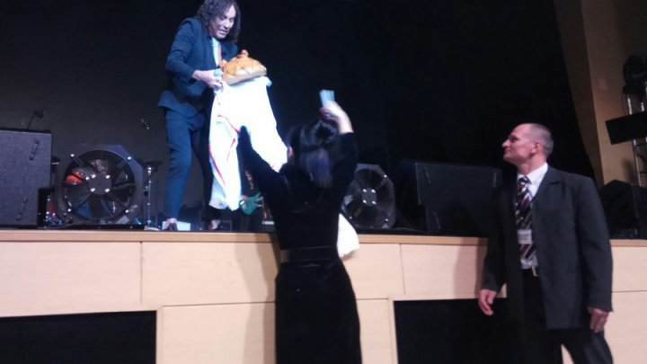 «Он устроил нам шоу в зале»: на концерте в Красноярске Валерию Леонтьеву подарили огромный каравай