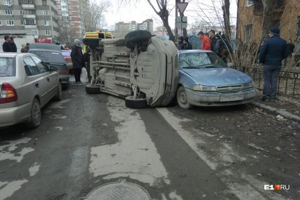 Водитель перевернутой Kia Sportage получил травмы, его увезли в больницу