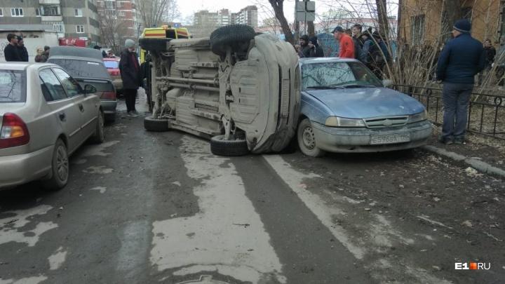 В Заречном микрорайоне водитель Kia Sportage протаранил несколько машин и перевернулся