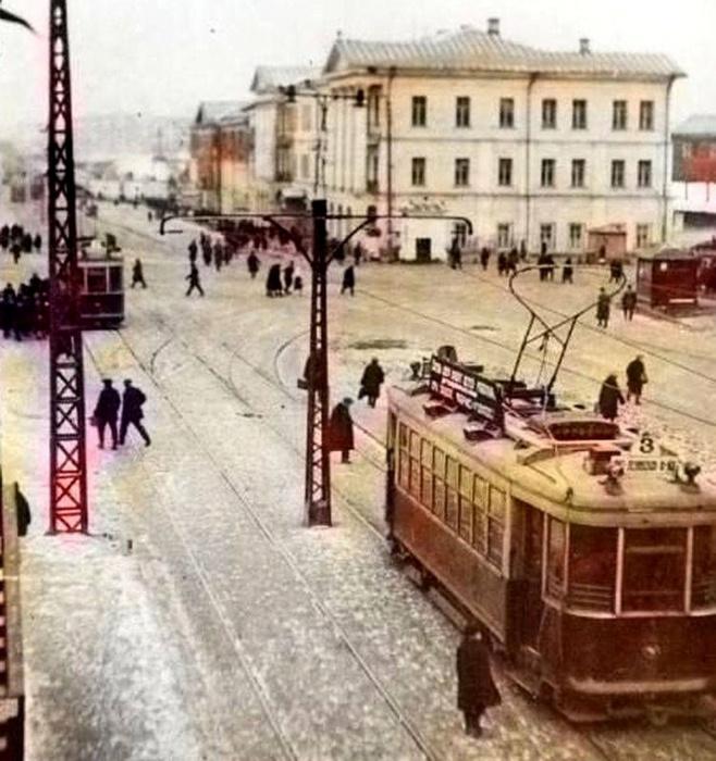 Трамвай на площади 1905 года. Снимок сделан иностранным туристом в 1936 году