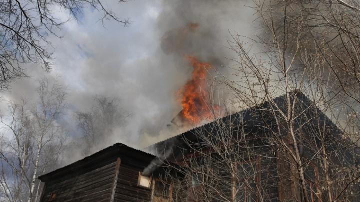 «Сильно стреляет и отлетает»: в центре Ярославля полыхает дом. Онлайн-трансляция