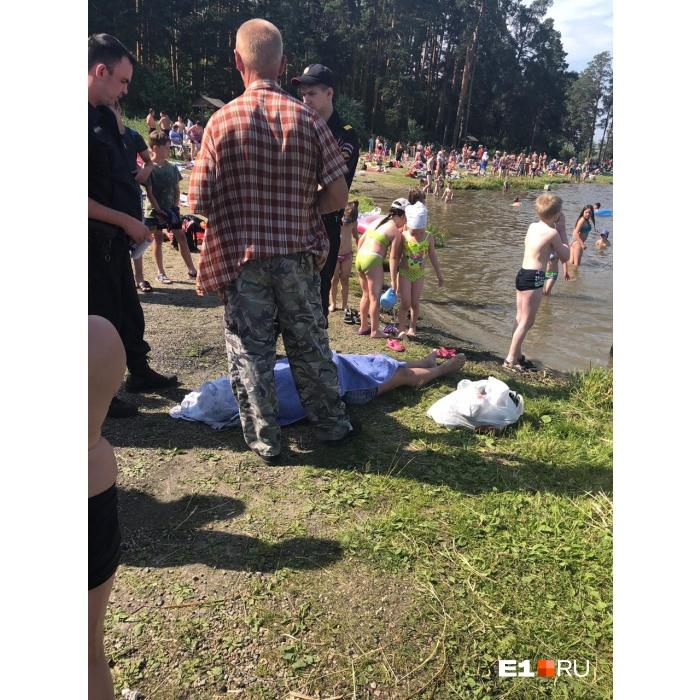 Рядом с лежащим телом купались дети