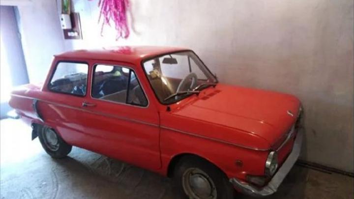Омич решил продать раритетный красный «Запорожец»,доставшийся ему от деда, за 250 тысяч рублей