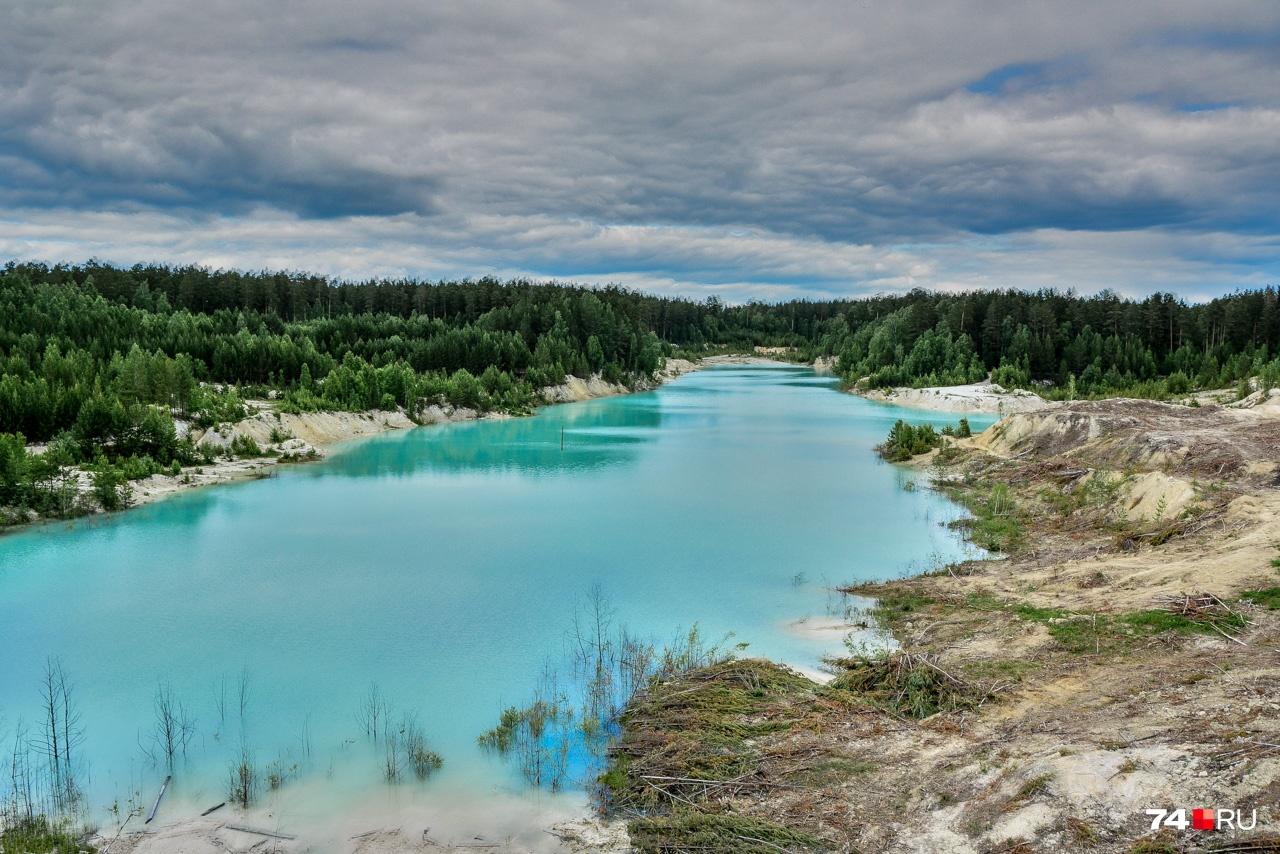 Когда-то здесь добывали глину, частички которой придают воде необычный для уральских водоёмов цвет