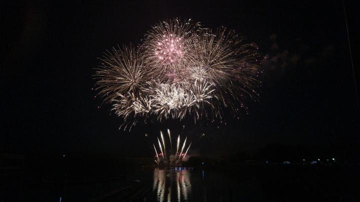 Фестиваль фейерверков в прямом эфире: следим за празднованием Дня города в режиме онлайн