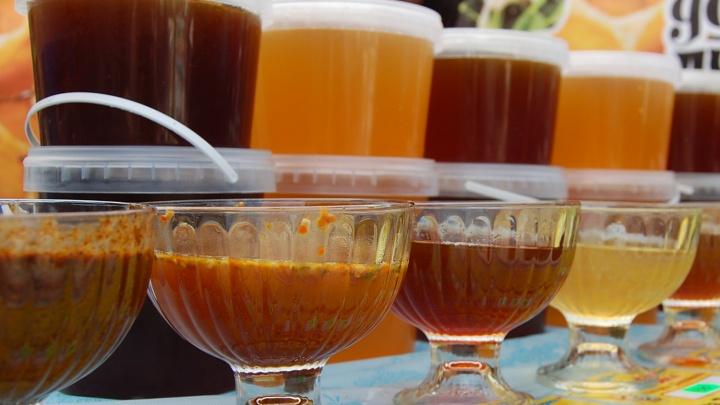 Областные власти заказали подарки с 200 банками мёда