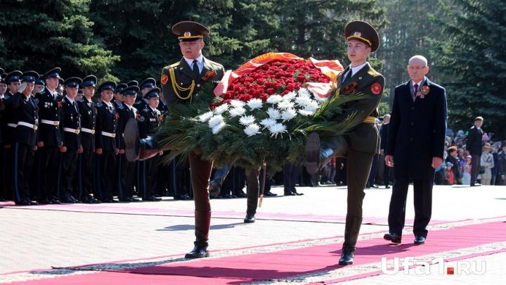 В парках Уфы первые лица города возложили венки героям Великой Отечественной войны