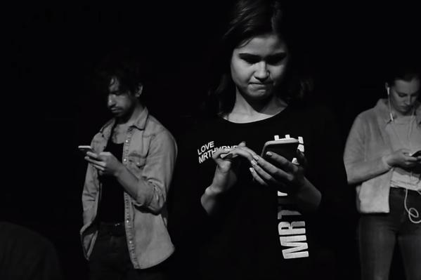 Почти все пять минут клипа в нем показывается, как дети сидят в интернете