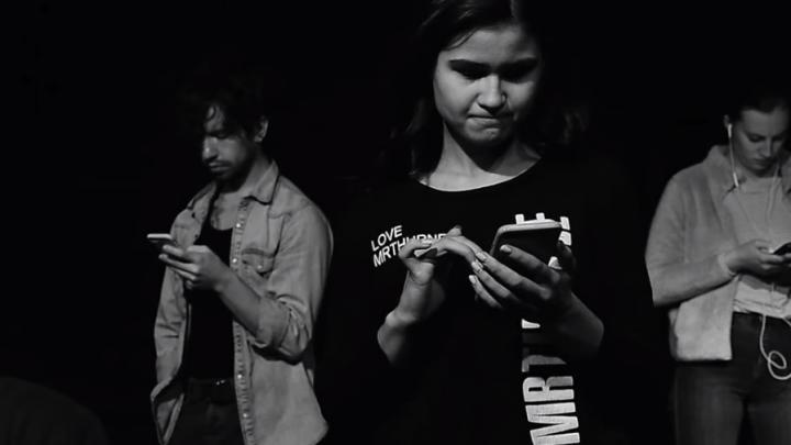 «Старперское морализаторство»: зрители раскритиковали новый клип Бутусова про детей и интернет