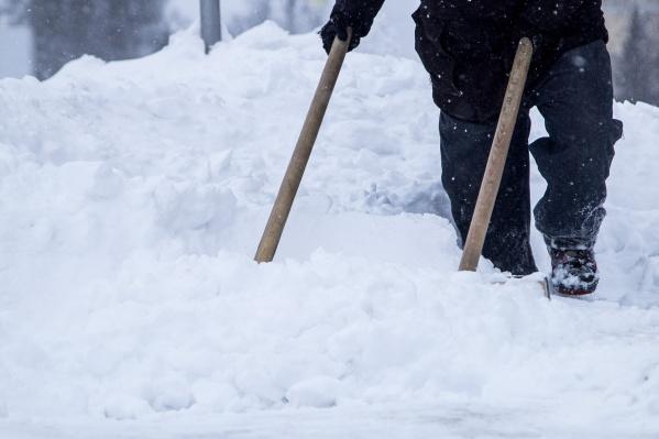 Мужчина убирал снег с крыши своего дома