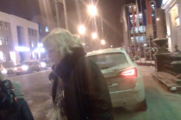 Пешеход сделал замечание автомобилистке из-за неправильной парковки, на что она отреагировала очень эмоционально. Разгар конфликта мужчина заснял на камеру мобильного телефона и выложил в интернет