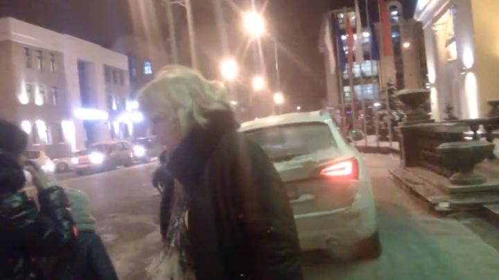 «Не снимай»: разборки пешехода и автомобилистки из-за парковки около Дворца «Пионер» попали на видео
