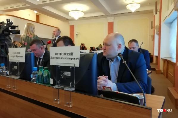 Депутат Дмитрий Петровский перед заседанием сочинил речитатив и выучил его наизусть
