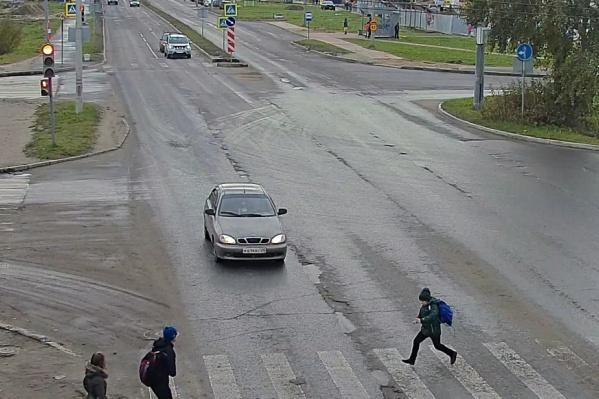Очевидцы утверждают, что подросток перебегал дорогу на зелёный свет