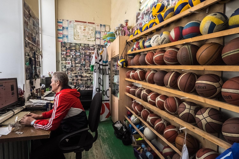 Отдельного помещения под спортивный инвентарь элитная гимназия позволить себе пока не может