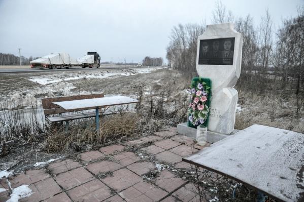 На 42-м километре трассы Тюмень — Ханты-Мансийск находится памятник трем милиционерам, которые погибли в ДТП в 2005 году