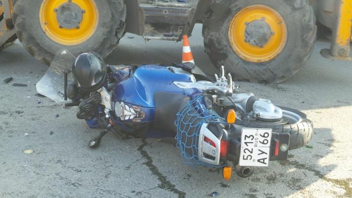 В рубашке родился: на Первомайской — Мира байкер влетел в экскаватор, но повредил только колено