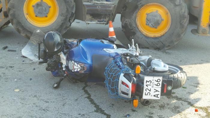 Основной удар пришёлся по колесу мотоцикла — все остались целы