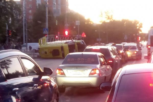 Машина скорой помощи опрокинулась неподалеку от остановки
