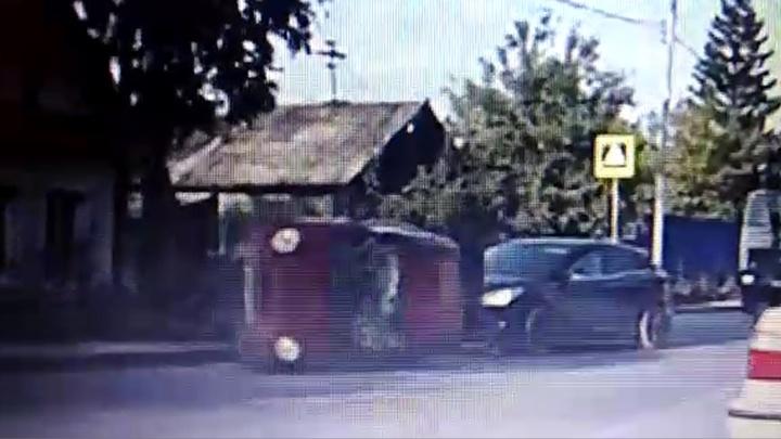В Екатеринбурге Daewoo Matiz сбил на «зебре» пешехода и перевернулся
