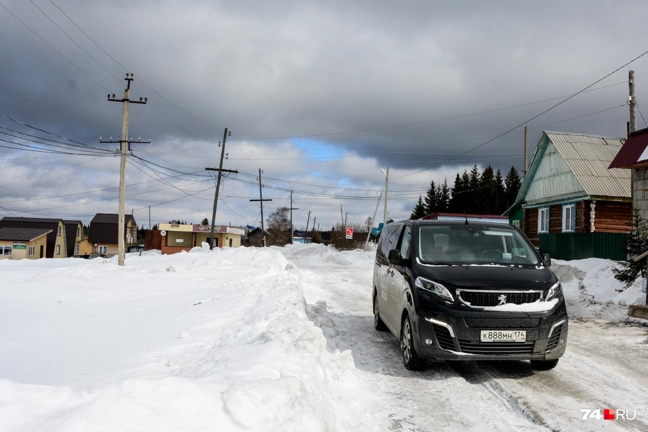 Дорога с виду несложна, но лед и колея оказались не по зубам фрикционным шинам, которые буксовали слишком часто