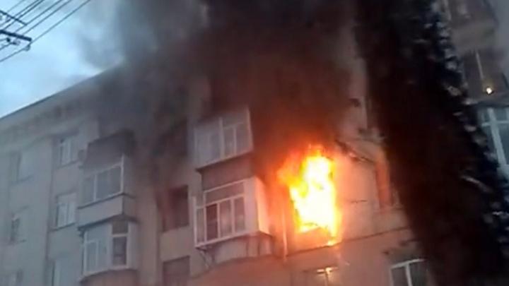 Заволокло чёрным дымом: в доме на центральной улице Челябинска загорелась квартира