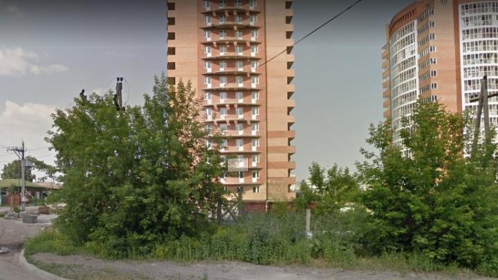 Видео: горе-строители проломили трубу и оставили без воды дома в Академгородке