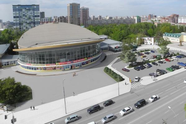 Краевед и сотрудник музея Новосибирска Константин Голодяев считает, что памятник Николаю Чудотворцу надо убрать из проекта сквера или парковки у цирка: на картинке он справа от парковки