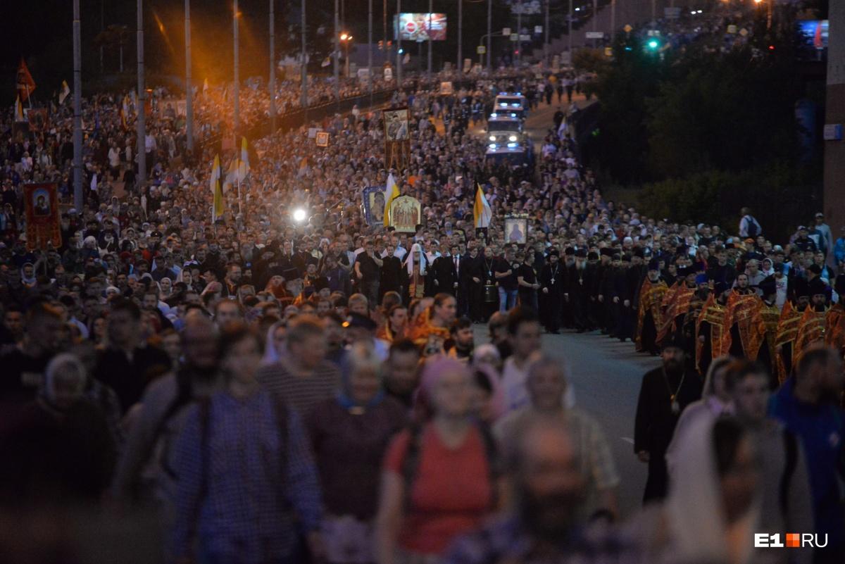 В этом году было 100-летие со дня гибели царской семьи, и в традиционном крестном ходе до Ганиной Ямы  участвовали 100 тысяч человек . Колонна тянулась на несколько километров