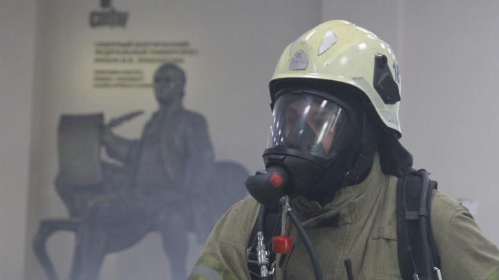 Ломоносов в дыму: смотрим, как архангельские пожарные провели внезапные учения в САФУ