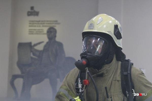 Холл первого этажа, где установлена фигура великого ученого, затянуло дымом