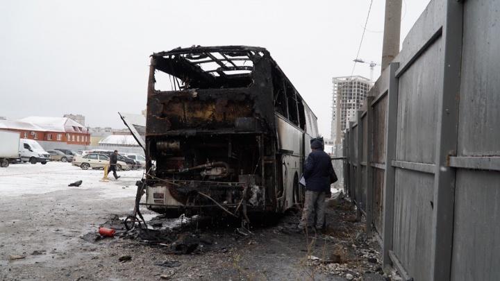 В Перми у Центрального рынка сгорел рейсовый автобус из Казахстана