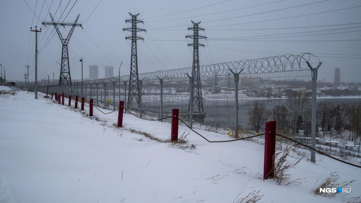 На ГЭС объяснили, зачем обтянули дамбу колючей проволокой